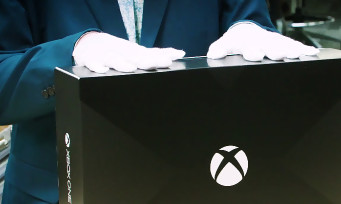 Xbox One X : quand le Major Nelson unboxe la console avec des gants de velours blancs